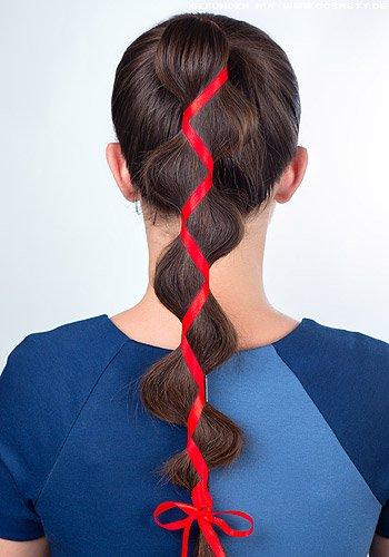 In Wellen durch ein Haarband gezogener Zopf