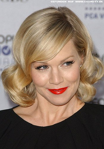 Jennie Garth mit Wellen-Bob im Retro-Look