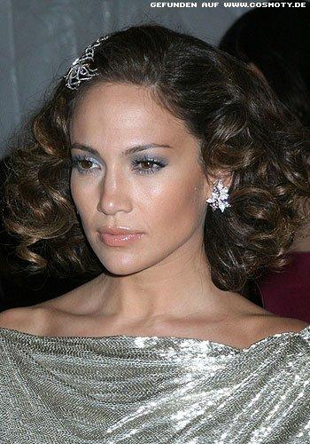 Jennifer Lopez mit lockigem Bob und Haarschmuck