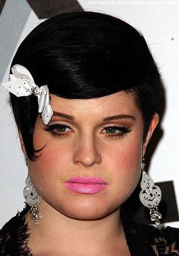 Kelly Osbourne trägt den Pixie im Retro-Look gestylt