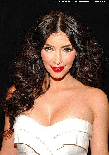 Kim Kardashian mit Glamourwellen zum Mittelscheitel