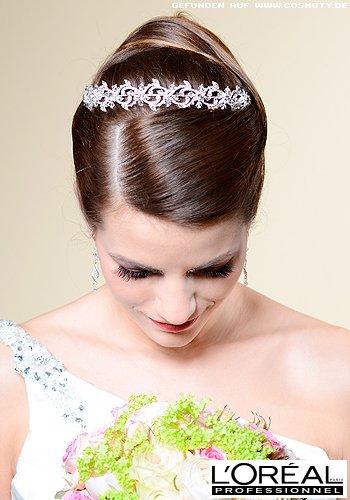 Klassische Hochsteckfrisur mit Haarband geschmückt