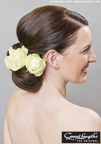 Klassischer Nacken-Chignon mit Blütenschmuck