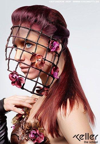 Klassisch zurück gestecktes Haar in kühlen Rot-Tönen
