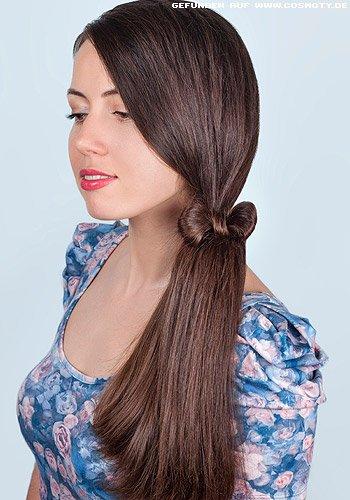 Kleine Schleife aus Haaren bindet seitlichen Zopf
