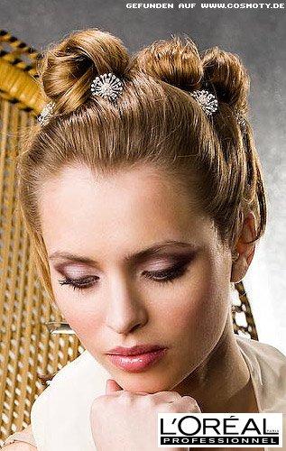 Kleine Schnecken mit Haarnadeln geschmückt