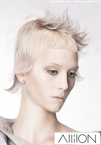 Kurzer Haarschnitt mit Micropony, pastellfarbenen Strähnen und Irokese