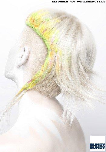 Kurzes platinblondes Haar mit rasierten Seiten