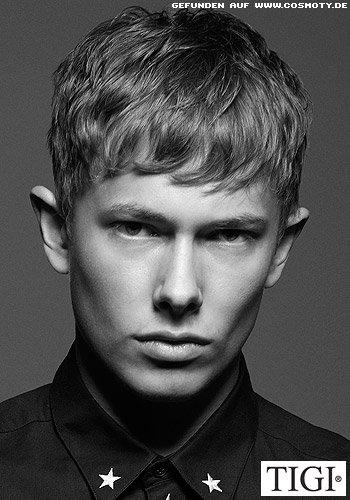 Kurzhaarschnitt für Männer mit dezent gewellter Haarstruktur