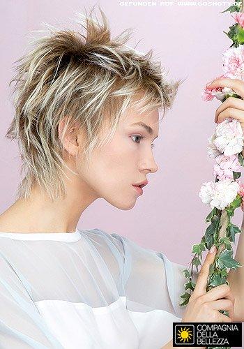 Frisuren Bilder Kurzhaarschnitt Mit Farbig Betonten Strahnen