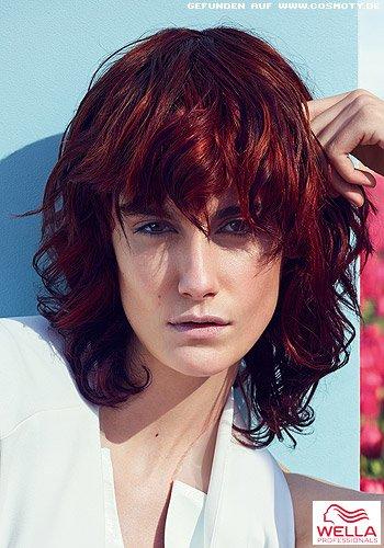 Länglicher Haarschnitt mit lockiger Textur in tiefdunklem Rot