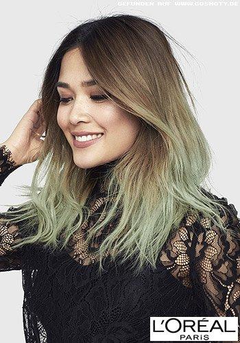 Lässiger Longbob mit Mittelscheitel und grünen Haarspitzen