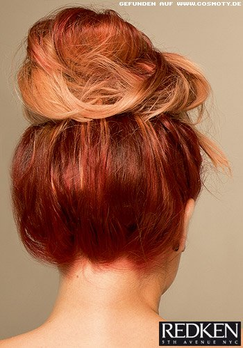 Lässiger Messy Bun in Rot