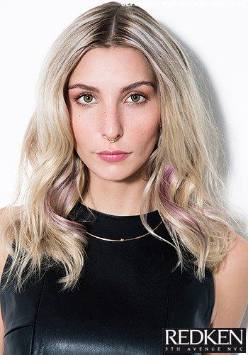 Lässige Wellen in cool blonde zum dunklen Ansatz