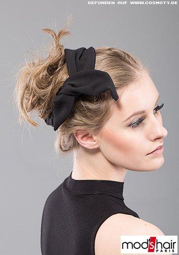 Lässig hochgesteckter Dutt mit schwarzem Haarband umwickelt