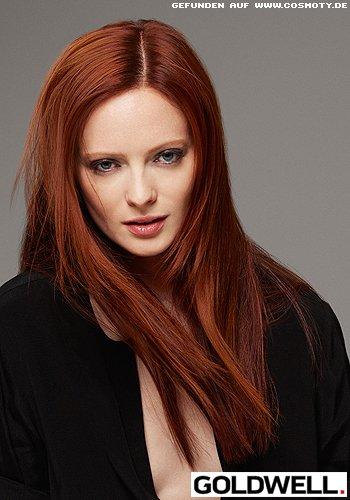 Langes, gestuftes Haar in feurigem Dunkelrot