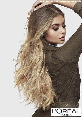 Langes, gewelltes Haar im blonden Balayage-Look