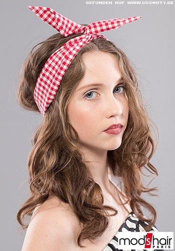 Langes, gewelltes Haar mit Haarband im Karomuster