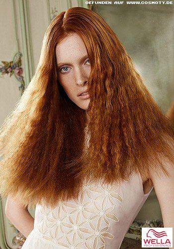 Langes Haar in Tizianrot mit gekreppter Struktur