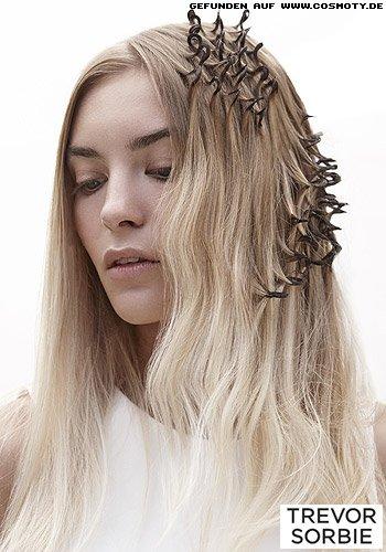 Langes Haar mit eingebundenen Haargummis für interessante Strukturen