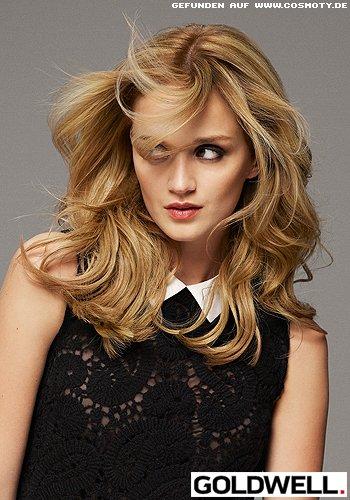 Langes, mittig gescheiteltes Haar mit blonden Highlights