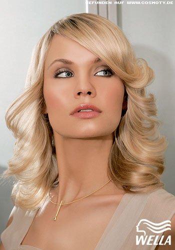 Lang und blond mit zarter Außenföhnwelle