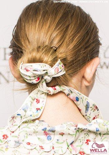 Légèr gebundener Knoten mit eingeschlungenem Haarband