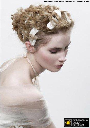 Locken-Dutt mit Perlenhaarbändern geschmückt