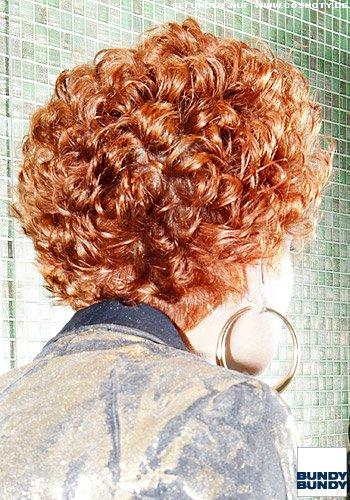 Lockenkopf mit kurzem Haar
