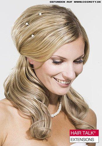 Lockerer Nackenzopf mit Perlen-Haarschmuck