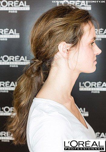 Lockerer Zopf aus gewellten Haaren tief im Nacken