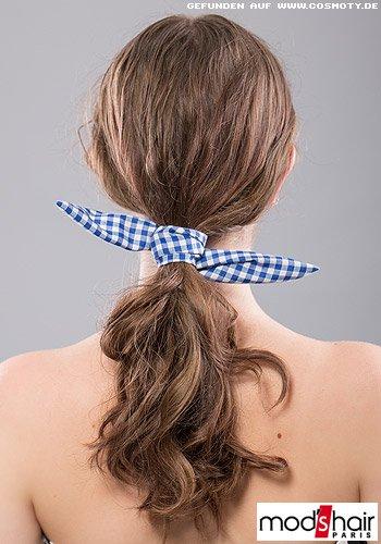Locker gebundener Zopf mit Vichy-Karo-Haarband