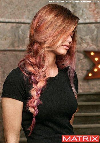 Locker geflochtener Zopf in einer warmen Rosé-Gold-Haarfarbe