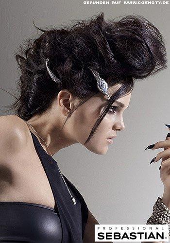 Locker gestecktes Haar mit Spangen geschmückt