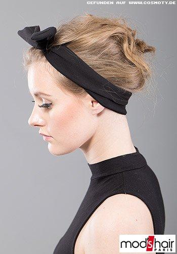 Locker hochgesteckte Wellen zum eleganten, schwarzen Haarband