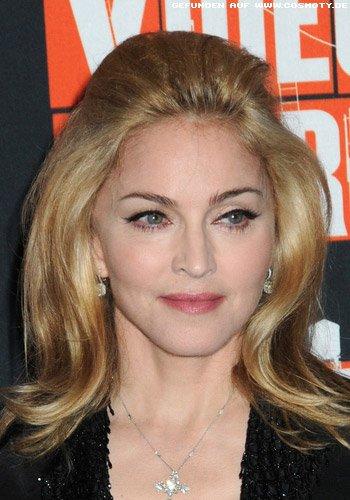 Madonna mit großem Volumen in der Haartolle