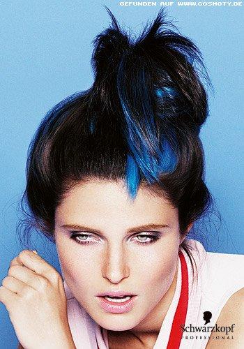 Messy Bun mit blauen Strähnen zu brauem Haar