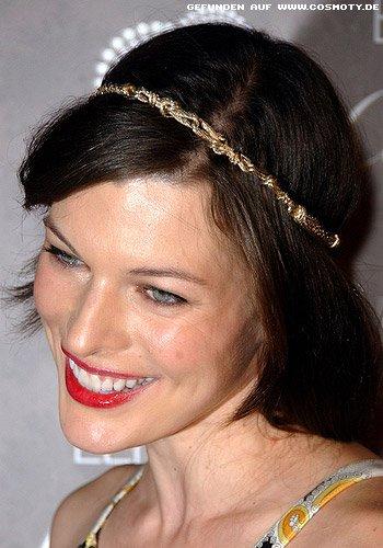 Milla Jovovich: Goldener Haarreif schmückt Bob