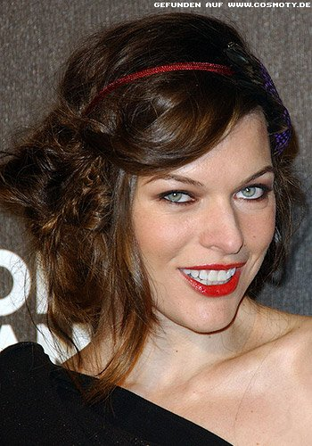 frisuren bilder milla jovovich sch ckt hochgesteckte. Black Bedroom Furniture Sets. Home Design Ideas