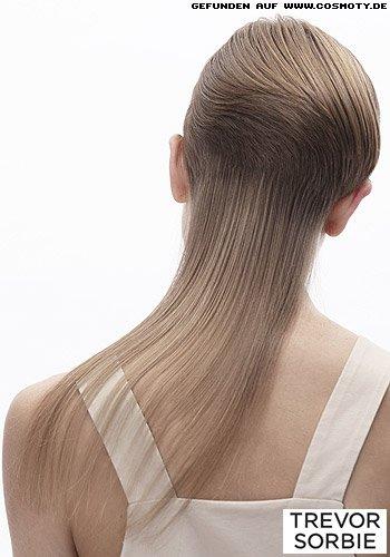 Mit eleganter Wellenstruktur gekämmter Kurzhaarschnitt zu langen Nackenhaaren
