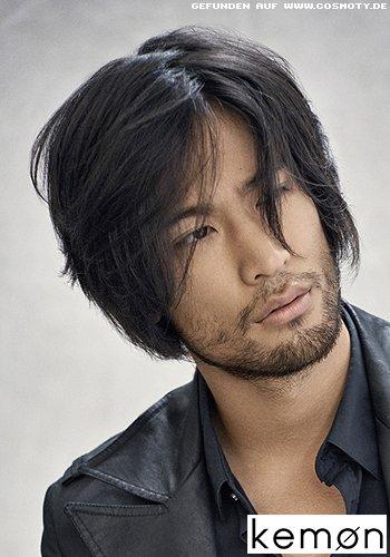 Mittellanger Männer-Haarschnitt mit lässigem Seitenscheitel
