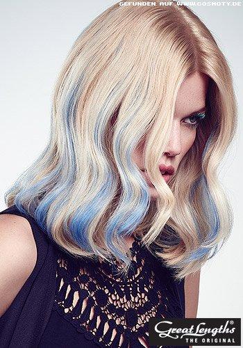 Mittellange Wellen mit blauen Strähnen