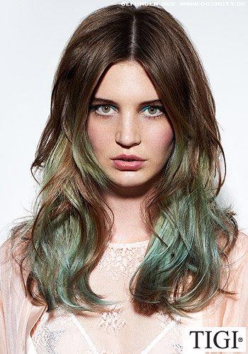 Mittig gescheitelte Wellen im Farbverlauf von braun zu grün
