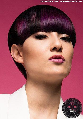 Moderner Pilzkopf mit dunklem Haar und violettem Schimmer