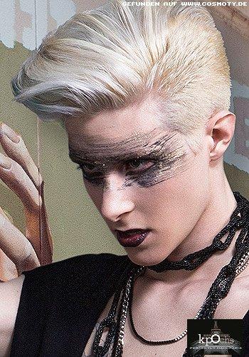 Neo-Glam-Rock Styling für blonden Kurzhaarschnitt