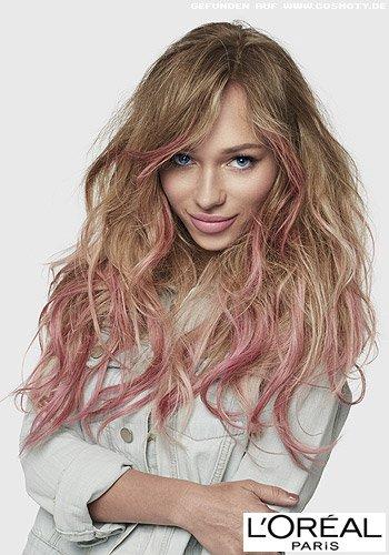 Pastelfarbene Strähnen lockern blonde Wellen auf