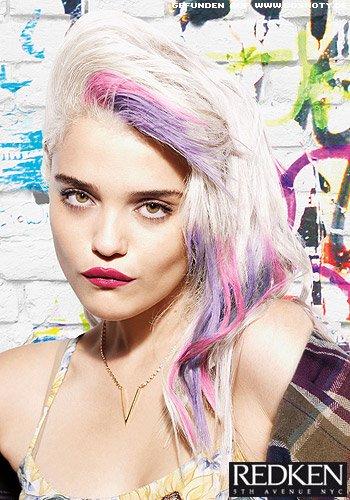 Platinblondes Haar mit Strähnen in Pink und Lila