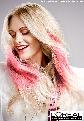 Poppy Delevingne mit pinkfarbenen Strähnen