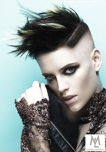 Punkig angehauchter Undercut mit rasierten Seiten zu hochgestylten Haaren