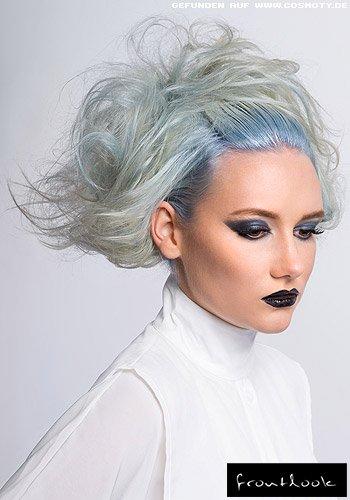 Raffiniert gesteckter Stufenbob mit strahlend blauem Haaransatz
